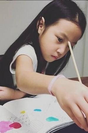 ▲趙薇女兒讚黃曉明是全世界最帥的男人。(圖/翻攝《中餐廳》微博)