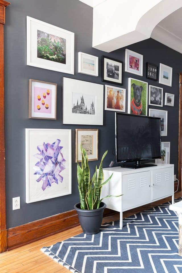 以画廊风格布置丰富的电视墙.