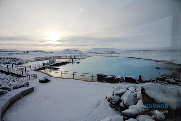 冰岛泡天然温泉欣赏梦幻雪景 「米湖温泉」边泡边发抖