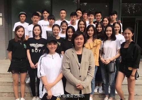 王俊凱大學班級合照。(圖/翻攝自《愛奇藝娛樂》微博)