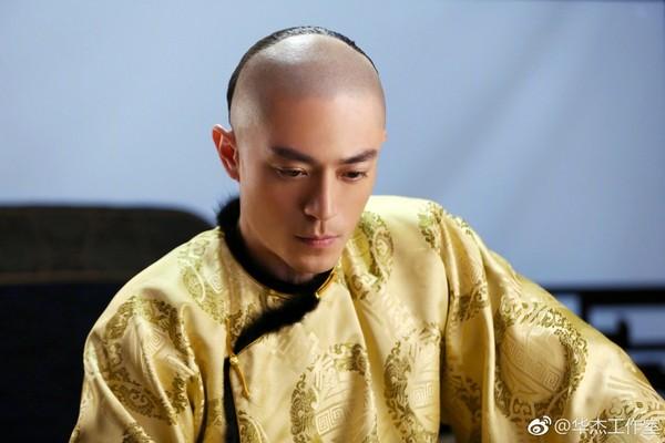 ▲霍建華拍戲剃頭,現在頭髮已經長回來了。(圖/翻攝自《華傑工作室》微博)