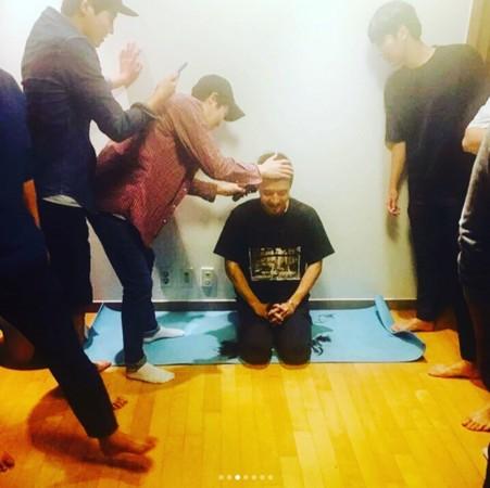 ▲▼姜河那入伍曬「剃頭照」帥笑告別粉絲。(圖/翻攝自姜河那Instagram)