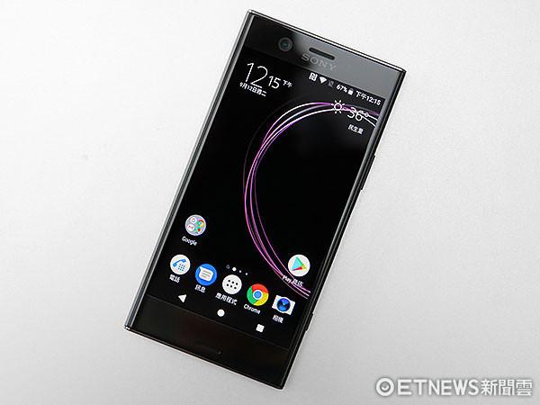 點亮霧夜黑 Xperia XZ1 Compac 的螢幕,若搭配深色背景,更能完美呈現低調卻高雅的日系質感。(圖/記者鄭惟仁攝) 整體而言 Sony Xperia XZ1 Compact 可說是注重攜帶性與單手操控的消費族群,目前在所能找到的最高級選擇,加上 17,900 元的售價不算貴,又保留高階處理器、高水準相機,以及這次主打的 3D 物件掃描功能。