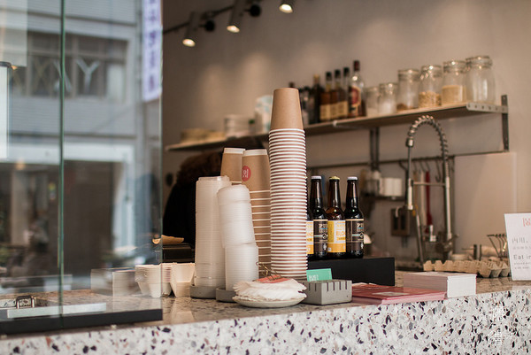 整栋的咖啡馆,闹咖啡有三层楼的空间,面对著大马路的门口是外带柜台