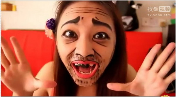馬來西亞網友暴走妹扮醜跳《可愛頌》。(圖/翻攝搜狐) 國際中心/綜合報導 南韓歌手荷莉(Hari)演唱的《可愛頌》(Gwiyomi)大受歡迎,網路上也出現不少正妹趁機來賣萌增加曝光率,不過卻有馬來西亞女網友「eVia Wong」反其道而行,刻意把自己扮醜搞笑,反倒讓許多人好奇她的廬山真面目。 畫上兩道粗粗的眉毛,加上抬頭紋與法令紋,以及滿嘴落腮鬍,除此之外連門牙也故意塗黑,塑造「無齒」的假象。畫面中這名被稱為「暴走妹」的女孩,用手指比著數字,模仿《可愛頌》MV,不同別人都是耍萌裝可愛,她卻是反向操作,犧