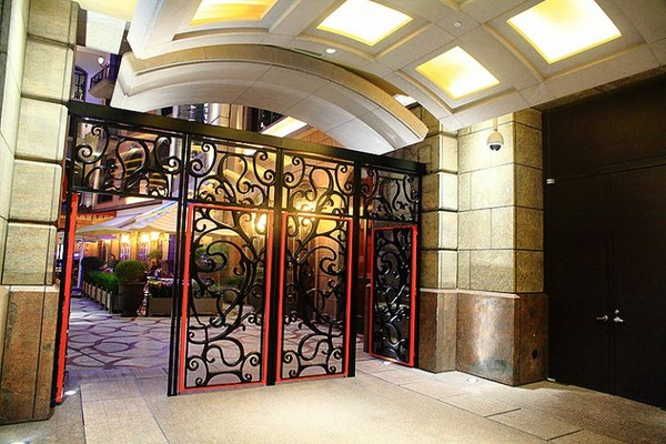 挑高欧式古典门洞,欧式透明花边图腾玻璃,继续往前走,一柱门廊后就可
