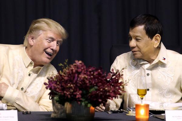 ▲▼川普與杜特蒂在東協(ASEAN)領袖峰會歡迎晚宴             。(圖/路透社)