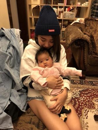 瑶瑶抱小孩狂喷母爱,部分粉丝焦点却全放在她的光滑蜜大腿上.(