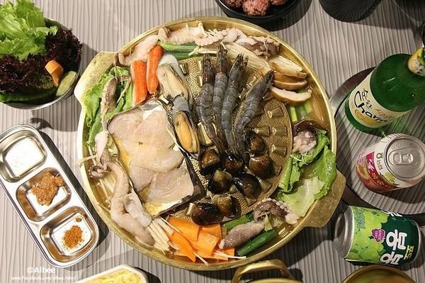 海鲜拼盘水煎烤肉,海鲜食材铺满整个铜锅,加上高汤利用半煎蒸的方式