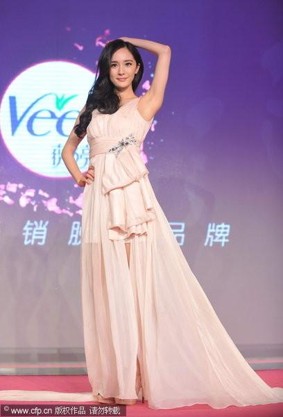 杨幂举手重现「绮梦」美姿 承认2米长腿是修的!