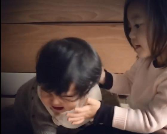 ▲Bo妞哭得超难过,挣脱姐姐的怀抱.(图/翻摄自修杰楷脸书)-Bo妞