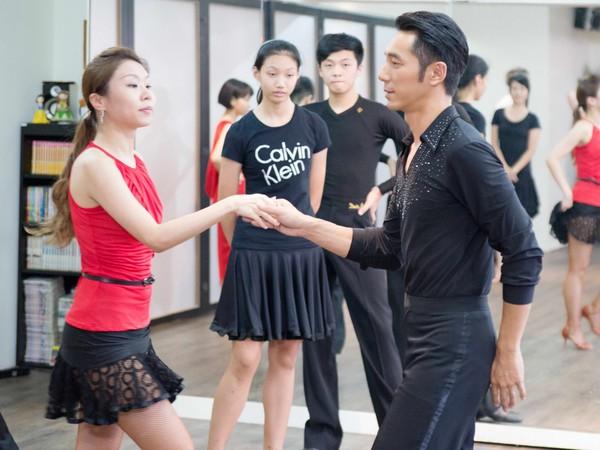 李李仁湿身跳捷舞! 嗨跳10次铁腿GG了