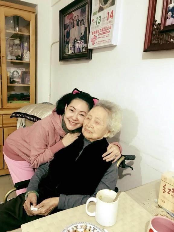 奶奶每天晚上让我插_小s独自镜头前爆哭2分钟 对天上爸泪诉:奶奶不记得我了