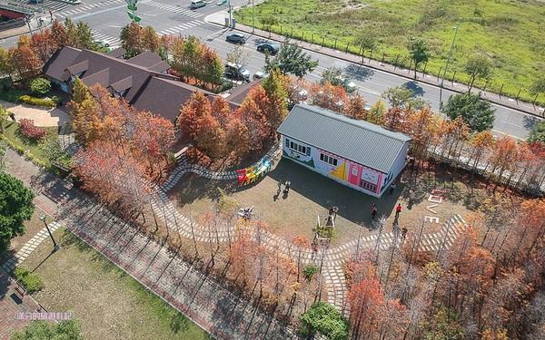 其实就是蝴蝶桥旁蝴蝶桥法式餐厅,免门票开放式的小庭院,吸引不少旅人