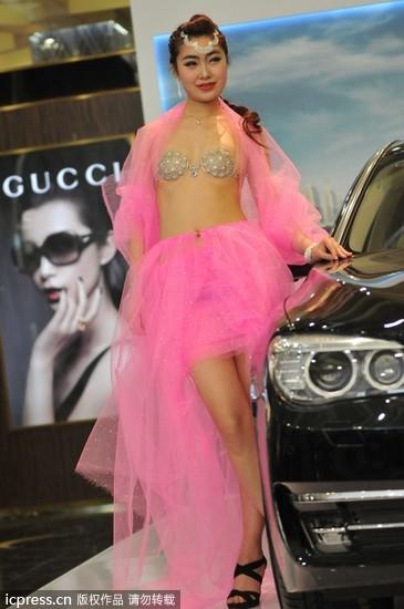 沈阳21日的宝马(bmw)7系车展,模特儿身穿售价千万钻石胸罩,这款内衣
