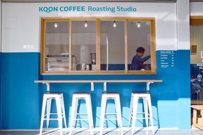 高腳椅配上藍白牆面!雙胞胎開的三重平價咖啡館「?咖啡」