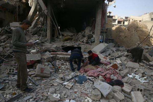 ▲敘利亞政府軍轟炸東古塔區(Eastern Ghouta),造成至少100名平民死亡,其中有20名孩童失去性命。(圖/路透社)