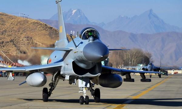 ▲▼殲-10C戰鬥機抵達高原機場。(圖/翻攝自中國軍網)