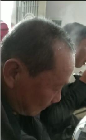 ▲▼陸大叔吃完辣椒,頭頂竟冒出陣陣白煙。(圖/翻攝自騰訊視頻)