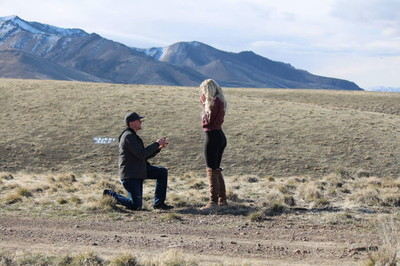 女荒野中被求婚哭了!抬頭見父舉「說不」卻笑噴 22萬網感動推