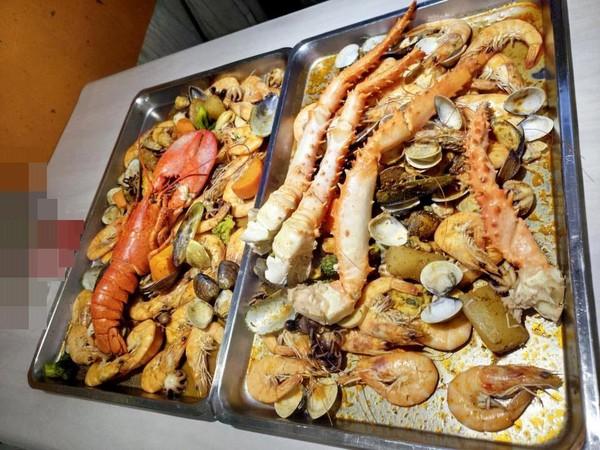 龙虾,帝王蟹海鲜大餐要价7000.(图/翻摄自爆料公社官网)