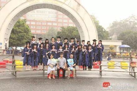 高校正妹躺高度180米透明玻璃桥 拍闭眼微笑毕业照