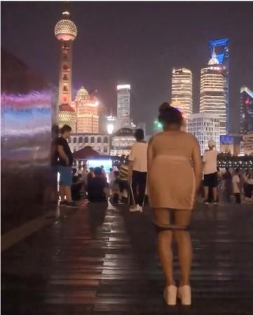 ▲▼辣模「美食甜心」勾兒在上海灘大膽脫下內褲。(圖/翻攝自ago928 IG)