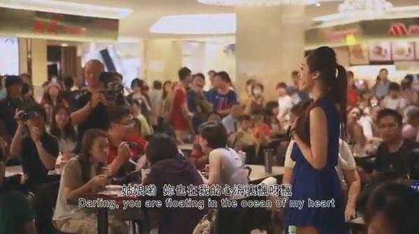 近日在台北101美食街「快闪」合唱动人的经典歌曲,包括《绿岛小夜曲》