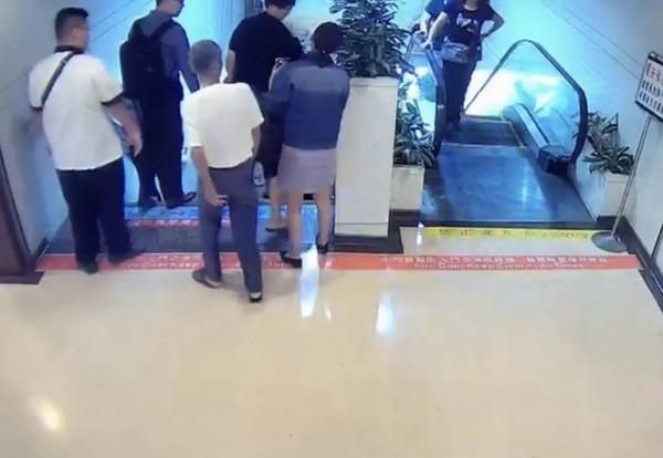 裙底色_▼硕士色男见长腿正妹短裙搭电扶梯,偷拍裙底风光被逮,以下同.
