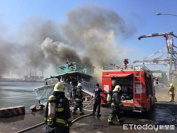 高雄小港渔会1渔船疑机舱突然起火 浓烟窜天!