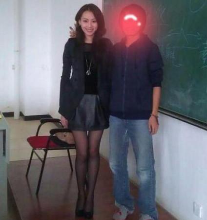 老師妳穿黑絲露美腿要我怎麼上課啦?