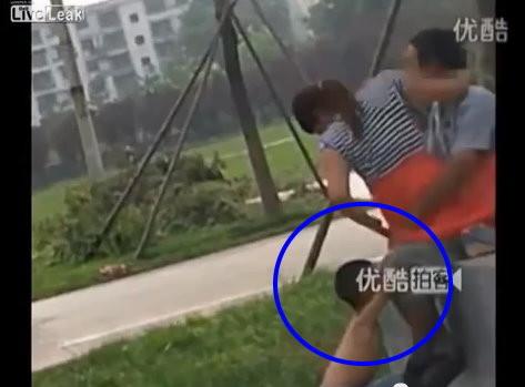妈和儿子性交的故事_西安超瞎公园活春宫 儿子掀妈妈裙子催促「做快一点」