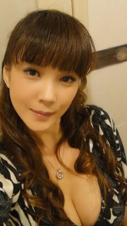 丁国琳_脸书提起「逃避哥」!f罩杯丁国琳再露性感深乳沟