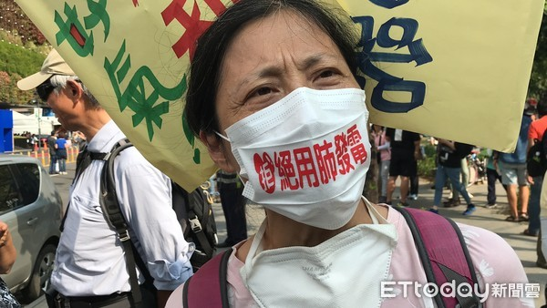 ▲ Taichung anti-air pollution display, attracted more than 4,000 people in front of their public square. (Picture / reporter Chen Yu photo)