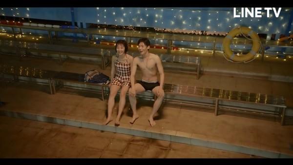 《人不彪悍枉少年》花彪、杨夕亲了! 泳池暧昧对视…单车之吻甜炸