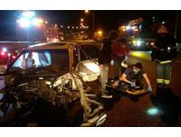 ▲國道1號北上138公里銅鑼路段,清晨4時許傳出死亡車禍,一輛自小客車疑似變換車道不慎,與小貨車發生碰撞,造成1死1命危。(圖/記者黃孟珍翻攝)