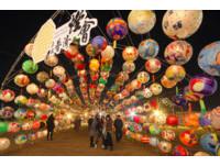 ▲普濟殿慶讚西羅殿花燈隧道。(圖/粉絲專頁《積雨雲》授權提供,請勿隨意翻拍以免侵權。)