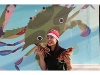 ▲ 萬里龜吼漁夫市集慶耶誕節 打卡送限量耶誕帽。(圖/新北市漁業處提供)