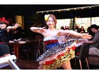 ▲這家手抓海鮮餐廳很不一樣 每45分鐘就有活力舞蹈表演。(圖/台灣欣葉國際餐飲提供)