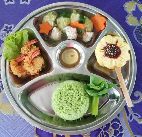 泰幼儿园华丽营养午餐!蓝色饭,柳丁花上桌 摆盘配色超
