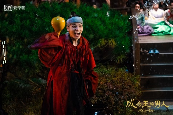 《成为王的男人》吕珍九露胸肌分饰两角 张赫出场五分钟就挂了