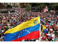 ▲▼大批民眾聚集委內瑞拉卡拉卡斯,要求總統馬杜洛下台。(圖/路透社)