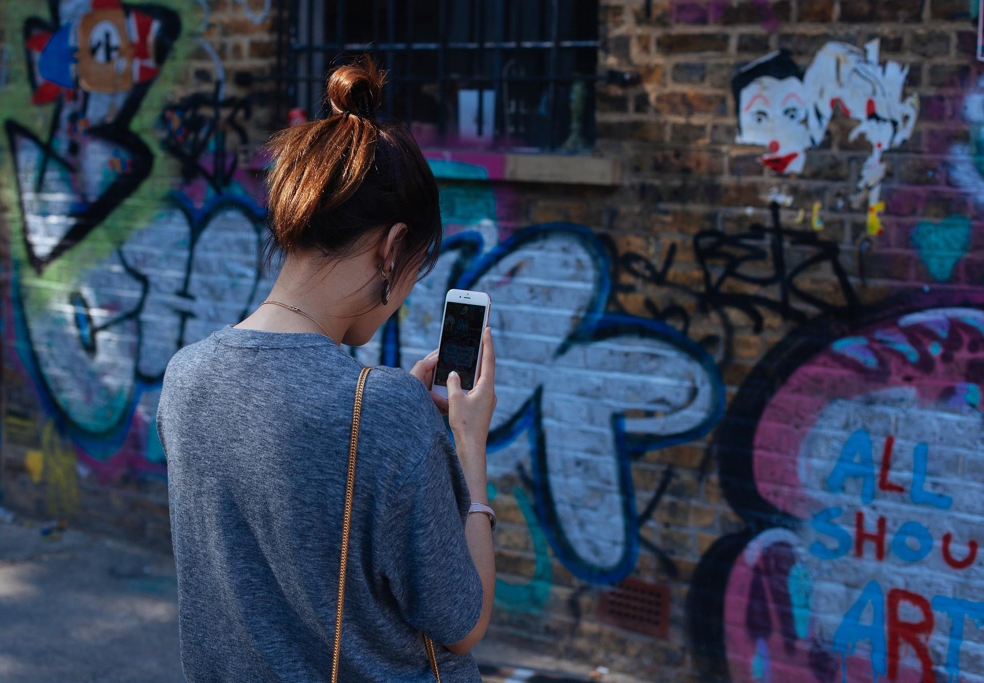 ▲▼玩手機、正妹、拍照、照相。(圖/取自pixabay)