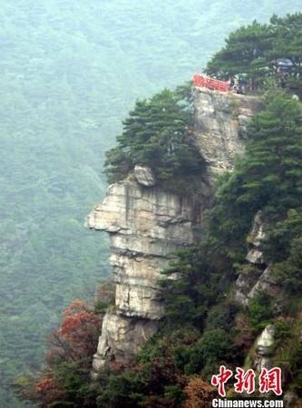 大陆中心/综合报导 位於江西庐山风景区锦绣谷到仙人洞的途中,有一处