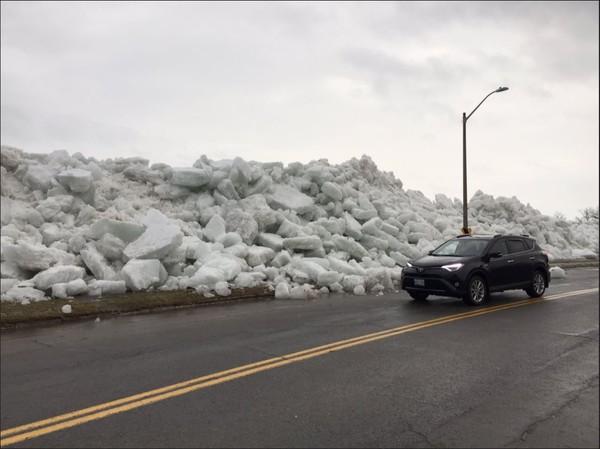 ▲▼強冷風導致湖面融冰紛湧上岸,築成超過25應呎的冰大壩。(圖/翻攝自推特/@ CodyLaw1)