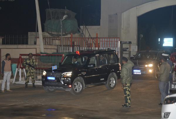▲▼印度飛官Abhinandan Varthaman的護送車隊通過印度檢查哨。(圖/達志影像/美聯社)