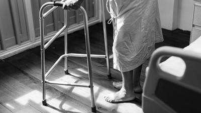 重病奶奶「暖心送水果?#20849;?#25448;她太忙 護理師隔天到班…已來不及道謝