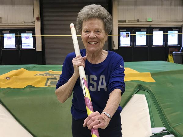 ▲▼美國84歲阿嬤麥勒身體健壯,撐竿跳、跳遠、跨欄都難不倒她。(圖/達志影像/美聯社)