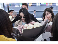 ▲▼韓雙人團體DAVICHI抵台,親切幫接機粉絲簽名。(圖/記者?#24535;?#26107;攝)