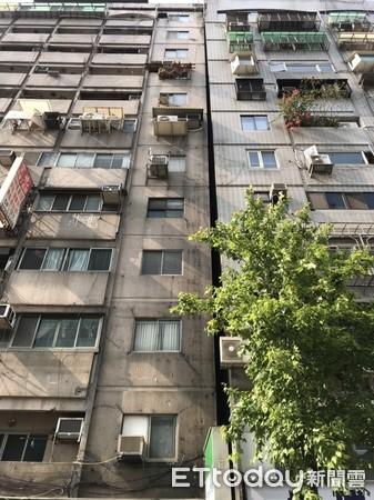▲北市信義區12層老大樓也傾斜,警消疏散32人。(圖/記者柳名耕翻攝)